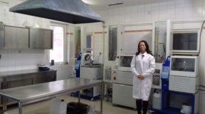 Szabó Nikolett, az egyik alapító tag a kibővített laborban.